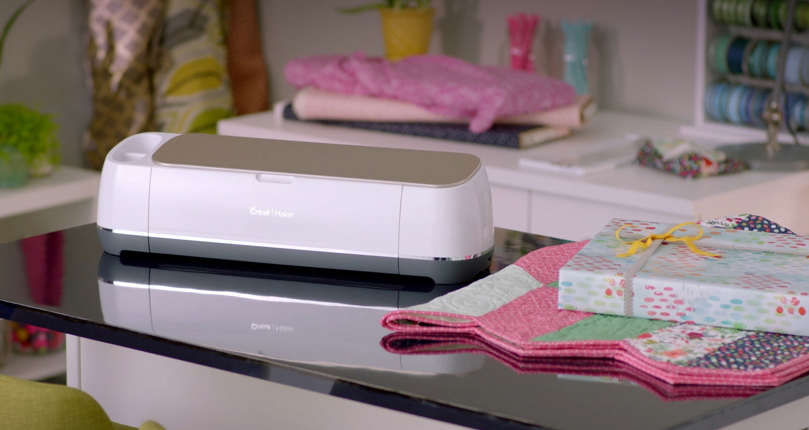 Cricut Maker mit Patchworkdecke